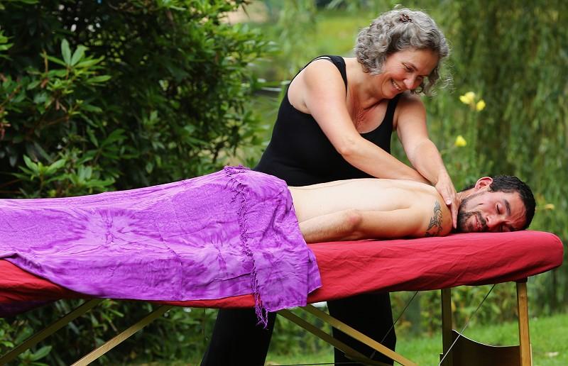 Petra masseert Eli op een massage tafel.